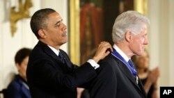 Predsednik Obama uručuje Medalju slobode bivšem predsedniku Bilu Klintonu na ceremoniji u Beloj kući.
