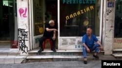 两名希腊人坐在雅典市中心的一个商店前 (2015年7月21日)