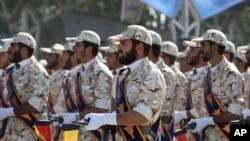 Tư liệu - Các thành viên của lực lượng Vệ binh Cách mạng tham gia một cuộc diễu hành quân sự ở Tehran, ngày 22 tháng 9, 2011.