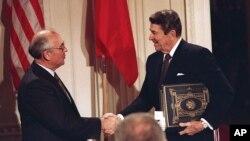 عکس آرشیوی از رونالد ریگان رئیس جمهوری ایالات متحده (راست) و میخائیل گورباچف رهبر اتحاد جماهیر شوروی سابق پس از امضای پيمان کنترل نيروهای هستهای ميانبُرد در دسامبر ۱۹۸۷