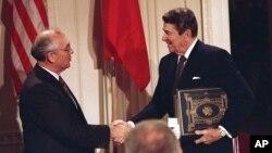 1987年12月美国总统里根和苏联领导人戈尔巴乔夫在签署中程核武器条约后握手