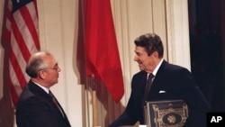 ABŞ prezidenti Ronald Reyqan Sovet lideri Mixail Qorbaçovla nüvə sazişinin imzalanmasından sonra, 8 dekabr, 1987-ci il