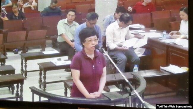 Hình ảnh trong phiên tòa xử bà Châu Thị Thu Nga ngày 9/10/2017. Ảnh chụp màn hình báo Tuổi Trẻ.