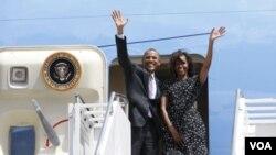 Presiden Obama dan ibu negara Amerika, Michelle, meninggalkan Tanzania seusai mengunjungi sebuah pembangkit listrik di negara itu, Selasa (2/7).