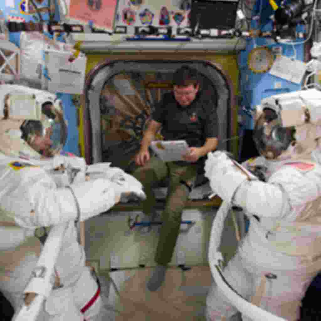 El equipo de astronautas está haciendo su rutina revisando que todo el equipo dentro del transbordador Discovery está funcionando correctamente.