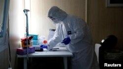 ARHIVA, ILUSTRACIJA - Zdavstveni radnik na mestu za testiranje prisustva koronavirusa u uzorcima uzetih od ljudi, u Budimpešti, 27. oktobra 2020. (Foto: Reuters)