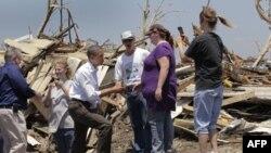 Tổng thống Obama, thứ ba từ trái sang, nói chuyện với cư dân trong khi xem xét thiệt hại do các cơn lốc xoáy tàn phá Joplin, MO, Chủ Nhật 29/5/2011
