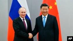 俄罗斯总统普京与中国国家主席习近平2019年11月12日在巴西巴西利亚金砖国家峰会期间会面时握手