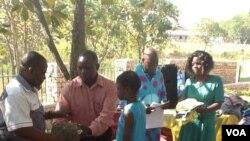 Abantwana besamukela izigqoko ezibuthaniswe ngumnumzana Philip Sibanda