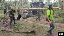 Serdadu Filipina mengevakuasi mayat yang ditemukan di kota Jolo, Pulau Sulu, Filipina bagian selatan (27/4) (foto: EPA/Stringer)