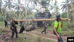 فوجی جنوبی فلپائن سے ملنے والی ایک لاش لے کر جارہے ہیں جس کے بارے میں خیال تھا کہ یہ کینیڈا کے شہری جان رڈسڈیل کی ہے۔