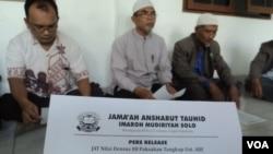 Ketua JAT Solo, Sholeh Ibrahim (tengah) sedang memberikan pernyataan kepada wartawan di Solo.