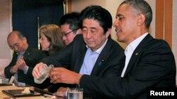 日本首相安倍晋三和美国总统奥巴马在东京一起共进晚餐(资料照片)。