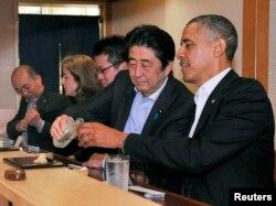 Thủ tướng Nhật Shinzo Abe (thứ hai từ phải sang) và Tổng thống Obama dùng bữa tối tại nhà hàng sushi Sukiyabashi ở Toyko, 23/4/2014