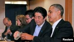 2014年4月奥巴马总统访问日本时和安倍首相蔼寿司店用餐,安倍给奥巴马倒酒(日本米酒)