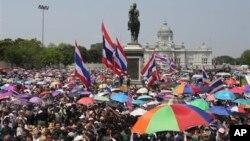 ထိုင္းအစိုးရဆန္႔က်င္ဆႏၵျပသူေတြ ဘုရင္ Chulalongkorn ရုပ္တုေရွ႕မွာ ဆႏၵျပေနစဥ္။ (မတ္လ ၂၉၊ ၂၀၁၄)