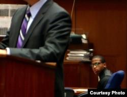 被告博尔登聆听律师辩护(图片由Sophia Li/Neon Tommy提供)