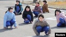 17일 일본 북부 아키타 현 오가 시에서 탄도미사일 공격에 대비한 주민 대피훈련을 처음으로 실시한 가운데, 초등학생들이 건물 밖으로 대피했다.