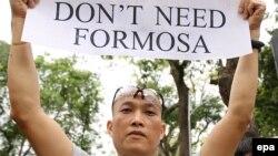 Người biểu tình cầm biểu ngữ phản đối công ty Formosa gây ô nhiễm dẫn tới vụ cá chết ở Hà Tĩnh.