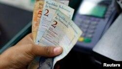 A partir del 13 de febrero la tasa de cambio del bolívar pasa de 4,3 a 6,3 por dólar, una devaluación de casi 32 por ciento.