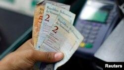 La medida busca impedir que los turistas extranjeros cambien su dinero por bolívares en el mercado negro.