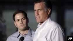 El senador Marco Rubio (izq.) y Mitt Romney, en Aston, Pennsylvania.