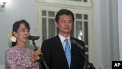 ທ່ານນາງ ອອງຊານຊູຈີ ຜູ້ນໍາປະຊາທິປະໄຕໃນມຽນມາ ແລະທ່ານ tKoichiro Gemba ລັດຖະມົນຕີຕ່າງ ປະເທດຍີ່ປຸ່ນ ກ່າວຕໍ່ນັກ ຂ່າວ ທີກຸງປັ້ງກຸ້ງ ມຽນມາ. ວັນທີ 27 ທັນວາ 2011.