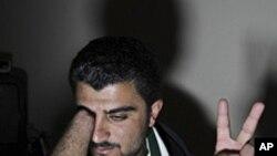 一位敘利亞難民講述他參加集會而被軍警槍擊手指而導致截肢的故事/Syria forces
