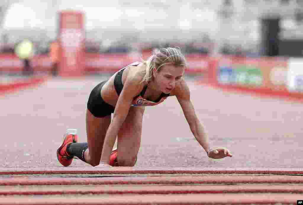 در سی و نهمین دوره دوی ماراتن لندن، دونده بریتانیایی «هیلی کاروترز» آخرین قدم ها را با زانو برداشت.