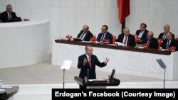 رجب طیب اردوغان، رئیس جمهور ترکیه، حین سخنرانی در پارلمان آن کشور