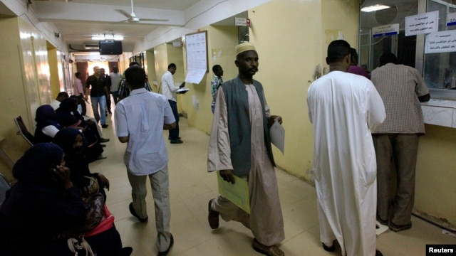 Sudanese migrants wait to pay taxes at the Secretariat for Sudanese Working Abroad, Khartoum, May 13, 2013.