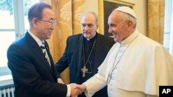 """El papa Francisco se reúne con el secretario de la ONU, Ban Ki-moon en el Vaticano para compartir puntos de vistas de lo que llaman """"una responsabilidad moral"""" y determinante de nuestro tiempo."""