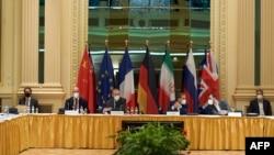 Anggota delegasi dari Jerman, Inggris, Perancis, China, Rusia, dan Iran membahas perjanjian nuklir dengan Iran, di Wina, Austria, 1 Mei 2021.