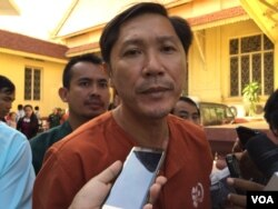 Ny Sokha, Adhoc's rights defender, was at Supreme Court after hearing the verdict on November 30, 2016. (Kann Vicheika/VOA Khmer)