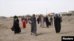 Iračani beže iz sela al-Hud, južno od Mosula, tokom operacije iračke vojske i kurdskih snaga protiv islamske države