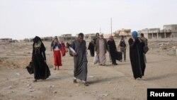 지난 18일 이라크 모술 남부 주민들이 ISIL을 겨낭한 공격을 피해 마을을 떠나고 있다.