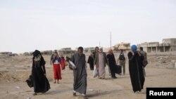 Des déplacés partent du village de al-Hud, au sud de Mossoul, lors d'une opération contre le groupe État islamique à Mossoul, Irak, le 18 octobre 2016. Residents of al-Hud rose up against IS militants.