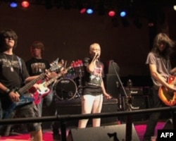 摇滚教室的学生在演唱会上卖力演出