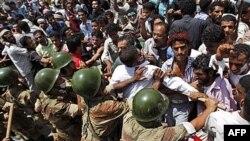 Vojnici pokušavaju da se odupru masi demonstranata u gradu Taizu na jugu Jemena