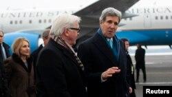 El ministro de Relaciones Exteriores alemán, Frank-Walter Steinmeier, da la bienvenida a Berlin, al secretario John Kerry.