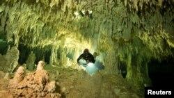 Dalam foto yang diambil pada 24 Januari 2014, penyelam sedang mengukur panjang sistem gua bawah air, sebagai bagian dari Proyek Gran Acuifero Maya dekat Tulum, di Negara Bagian Quintana Roo, Meksiko, 24 Januari 2014. (Foto: Herbert Mayrl/Courtesy Gran Acuifero Maya Project (GAM)/via REUTERS)