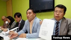 지난해 6월 북한인권개선모임 김희태 사무국장(가운데)이 '탈북자 외면과 방치 사례 발표' 기자회견에서 발언하고 있다. (자료사진)