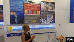 中國電子科技集團帶產品參加展覽。(美國之音白樺拍攝)