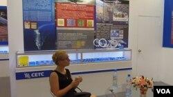 中国电子科技集团带产品参加展览。(美国之音白桦拍摄)
