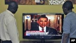 Des Kenyans écoutant l'annonce de la mort de Ben Laden par le président Obama