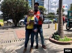 Zulay Díaz y Jesús Velásquez, migrantes venezolanos que trabajan de manera informal, en la calles de Bogotá. [Foto: Karen Sánchez, VOA]