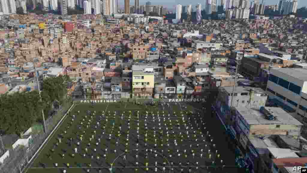 브라질 상파울루의 파라이조폴리스에서 주민들이 축구 경기장에서 열린 행사에 참석했다. 인구 밀도가 높은 파라이조폴리스 지역에서 신종 코로나바이러스 감염증 환자가 10만 여명을 기록했다.