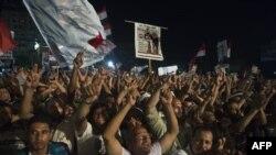 Những người ủng hộ cựu tổng thống bị lật đổ Morsi tập họp bên ngoài đền thờ Rabaa al-Adawiya ở Cairo 1/8/13