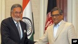 Ngoại trưởng Ấn Ðộ S.M. Krishna (phải) và người đồng nhiệm Afghanistan Zalmai Rassoul trong cuộc họp báo chung ở New Delhi, ngày 1/5/2012