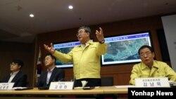한국의 고윤화(가운데) 기상청장이 22일 오전 기상청에서 경주 지진 관련 긴급 브리핑을 진행하고 있다.